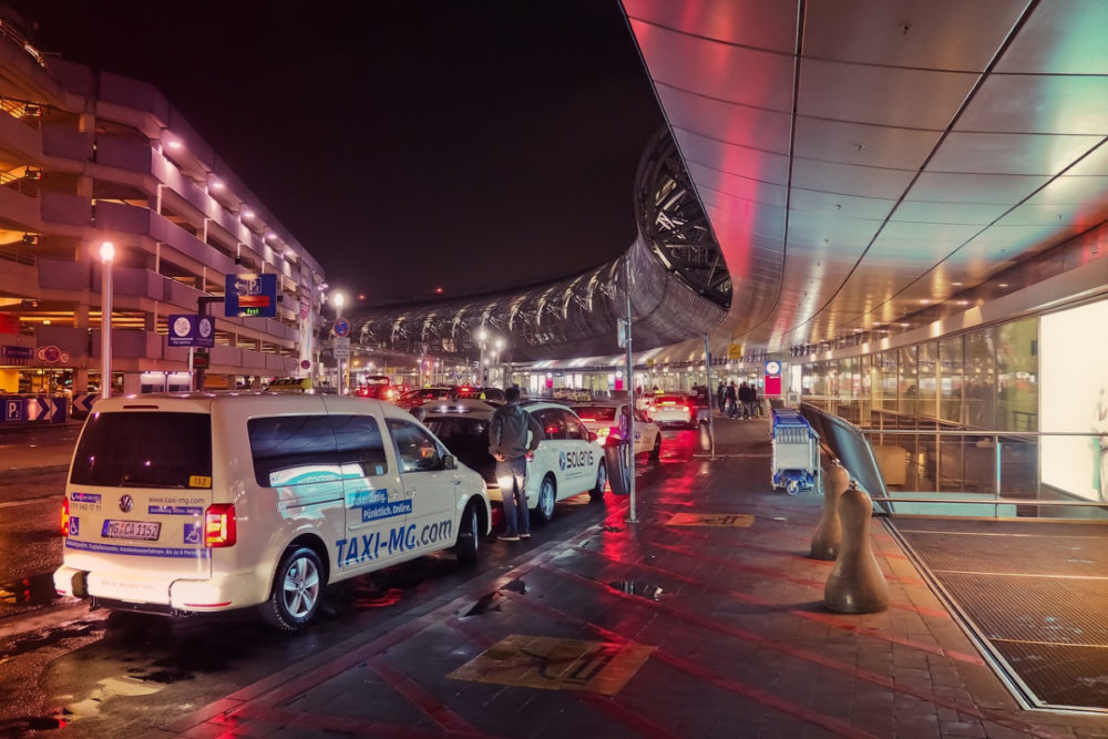 Pros and Cons of Airport Taxi Services
