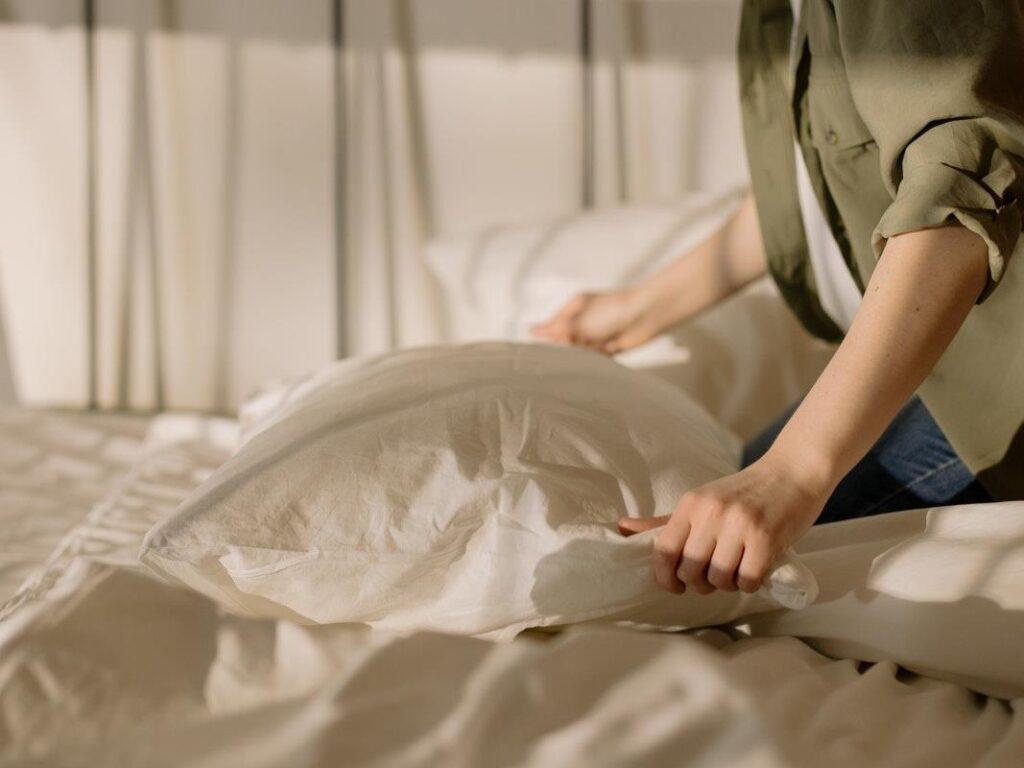 Smooth As Silk: 5 Benefits Of Using A Silk Pillowcase